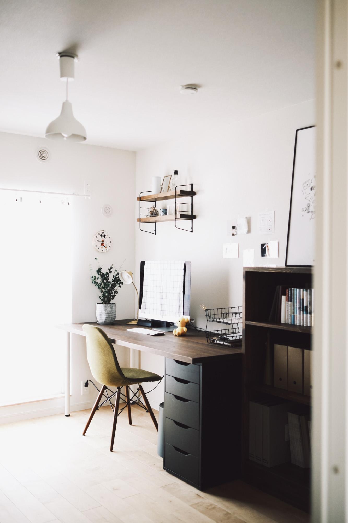 家でお仕事をする機会も増えたことから、もうひとつのお部屋には、DIYでデスクワークスペースも作られました。しっかりと測ってジャストサイズにすることで、デッドスペースを作らず、ゆとりもあって作業しやすそうな空間になっています