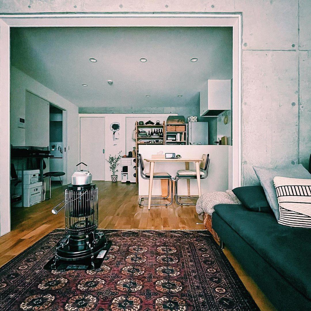 nao. さんご夫婦がお住まいなのは、53㎡の2LDK。コンクリート打ちっぱなしの雰囲気がかっこいい、築浅のデザイナーズ賃貸です。一番長い時間を過ごすリビング・ダイニングにおく家具やインテリアは、自分の好きなものをたくさん置くようにしているそうです。