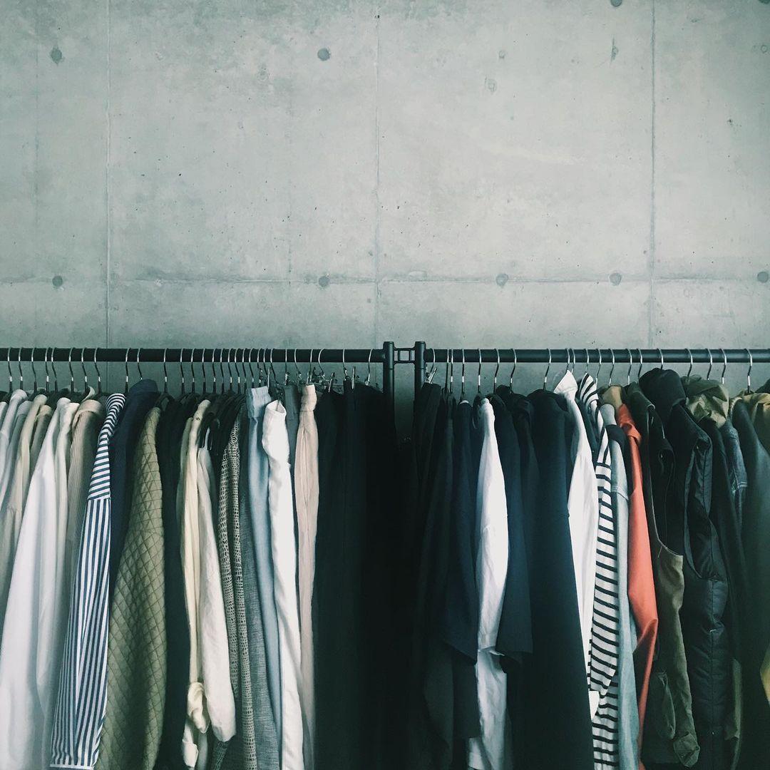 もうひとつの部屋を思い切って衣装部屋に。壁に並べたハンガーラックとIKEAのオープンラックKALLAXを使って、二人分の衣類を管理。
