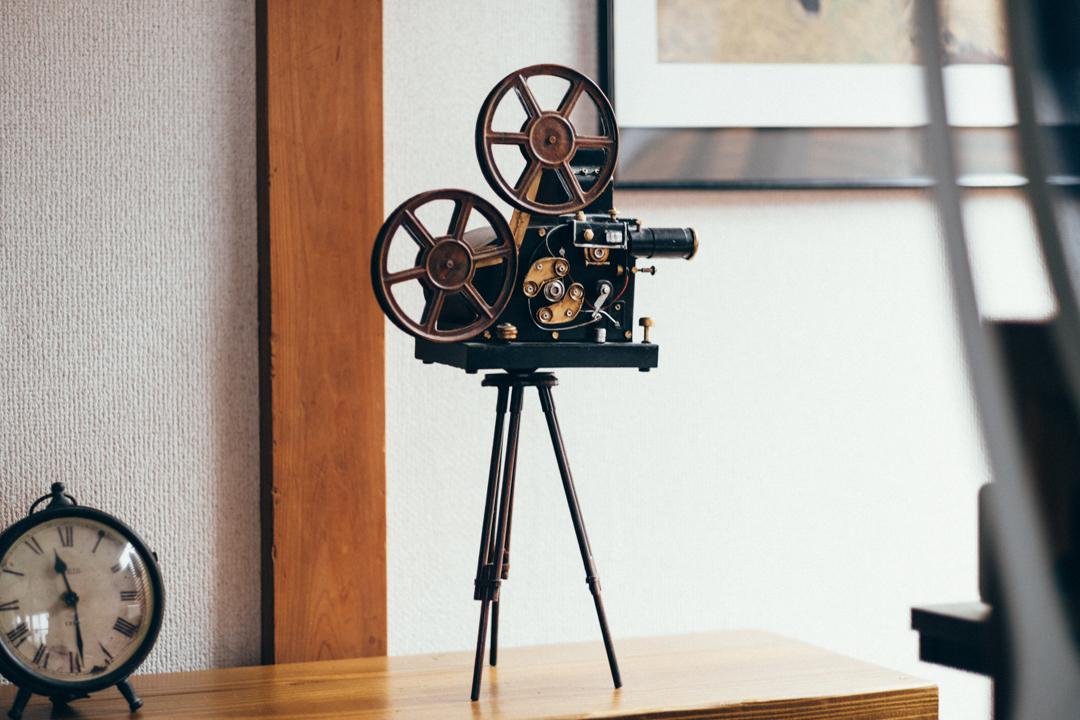 デスク横には、お気に入りのアイテムだと離される映写機の雑貨がありました。 「映画が好きなのでそれに関するオブジェを探していた時に見つけたものです。ブリキですが作りがなかなか精巧で見栄えも良いのでかなり気に入ってます。」