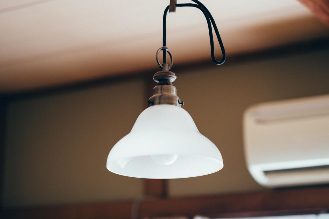 「自分の好きなものを突き詰めるとレトロなものが好きだったんです。そのため以前は和室の照明も和紙を使ったものにしていたのですが和が強すぎる状態にならないようにペンダントライトに変えました。シェードの部分も柔らかく照らされるので良いですね。デザインのリングも気に入ってます。」
