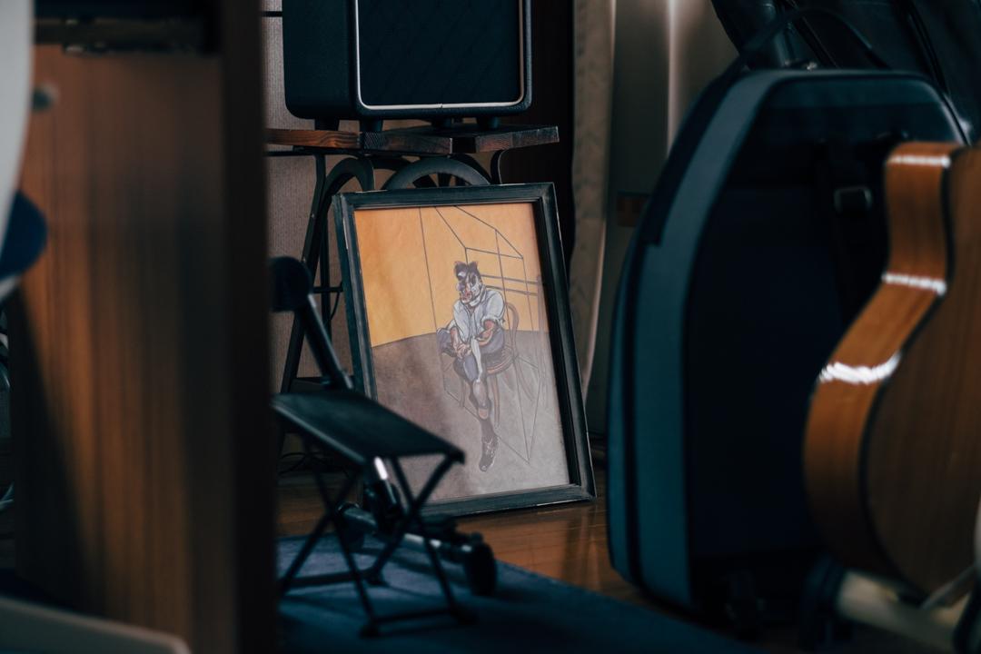 リュウさんのお住まいにはアートも所々に散りばめられていました。 「数年前に行ったフランシス・ベーコンの展示で作品がとにかく気に入って、その後、少しずつ買い足しています。」