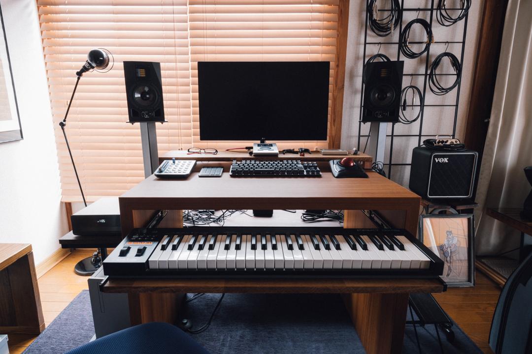 「見た目と使い勝手が両立するようにこだわりました。MIDIキーボード用の引き出しも自作しました。」 ワンプッシュで飛び出す引き出しは色合いもデスクと合っていて、最初からあったのではと思うようなひと工夫。