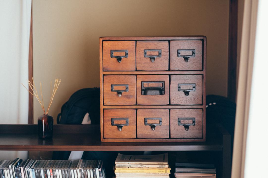 古道具も上手く活用されていました。小さな引き出し収納が特徴的なこちらには、DIYの際に使用する小物やパーツが収納。