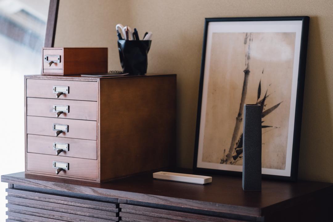 畳とフローリング、全く異なる部屋が違和感少なく見えるのは、インテリアやアイテムの色合いに工夫があるそう。 「引っ越した当初は、以前の住まいで使っていた白やガラスを中心としたインテリアやアイテムが多かったんです。ただそれだと和室とはどうしても合わないので色合いをブラウン系で落ち着かせ、ダイニングの色合いも統一することで1つの空間にすることを意識しました。」
