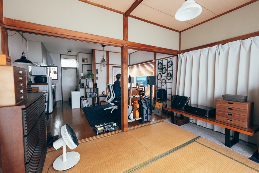 入り口から奥の和室まで高い家具を置かず、高い位置には余白を作ることで圧迫感のない、広々とした空間に。 「和室は寝室としても使っているので、より高いものが少ないようになっています。以前はワークスペースとして活用したこともありましたが、今は和室で作業することはほぼないですね。」