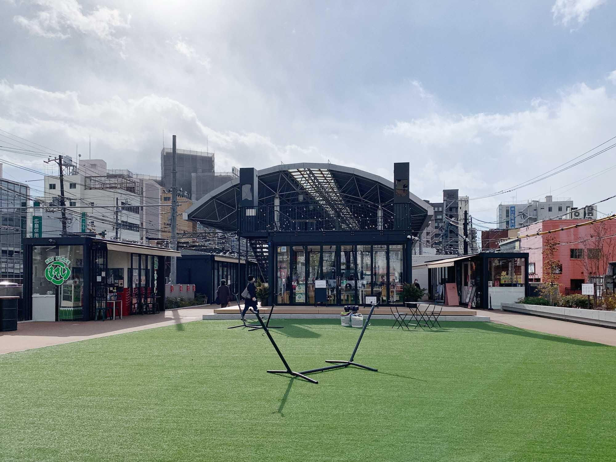 KOI PLACEには他にもパン屋さんやスイーツ専門店などがあり、テイクアウトしてテラス席や芝生広場でのんびり過ごすこともできます。