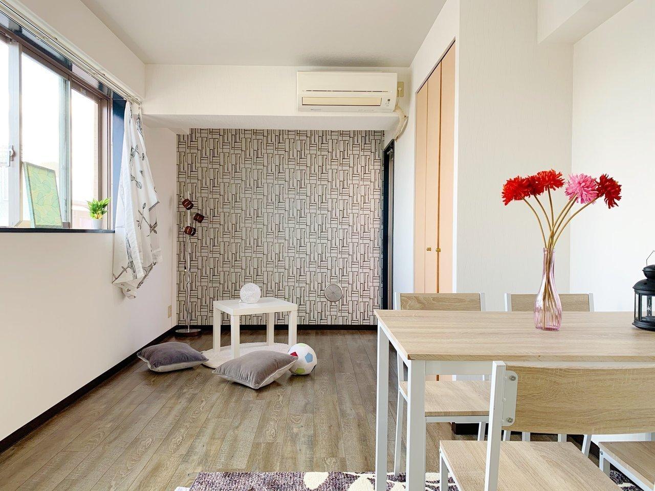 横長窓にアクセントクロスが印象的な1Kのお部屋。約9畳と一人暮らしに使いやすい広さです。