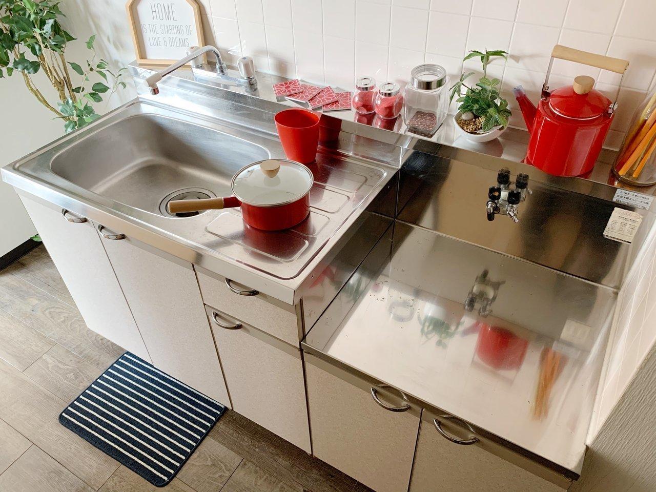 コンロ持ち込み式のキッチンはシンク広め、作業スペースもしっかりあります。
