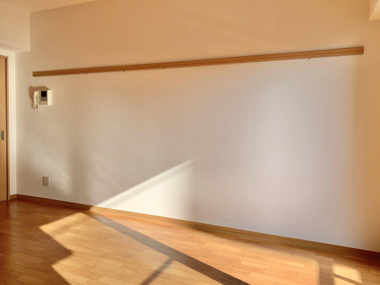 壁に長いピクチャーレールがあり、壁を傷つけずに好きなものが飾れそうなのがいいですね。