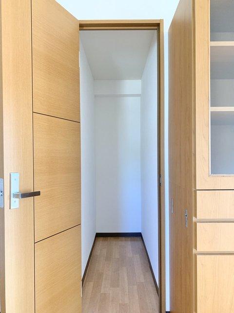 収納はこちらのスペース。突っ張り棒などを活用して便利に使いたいですね。