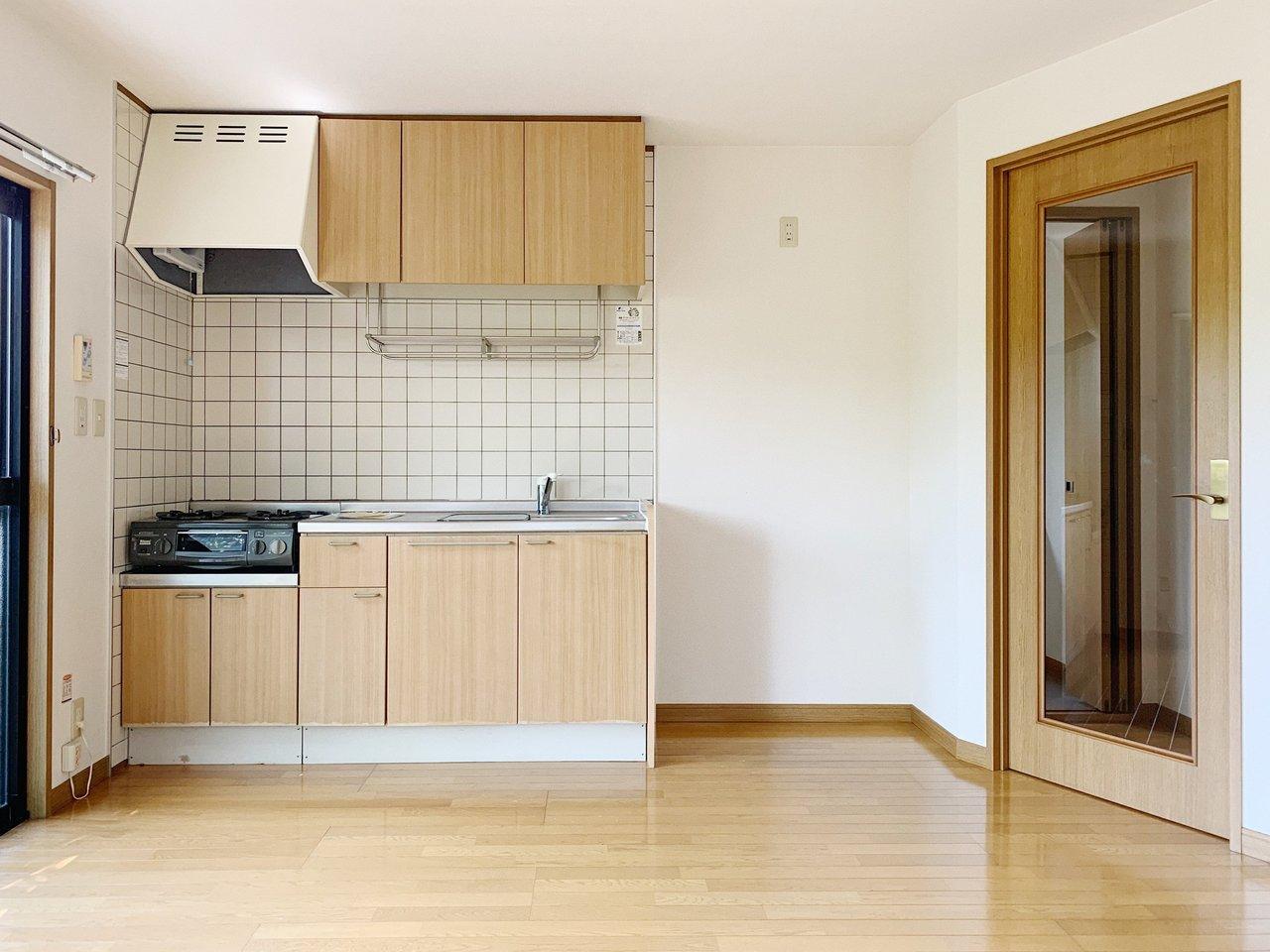 ナチュラルテイストのキッチンが可愛いLDK。LDK以外に、部屋が4つもあるのでいろんな使い方ができそうです。