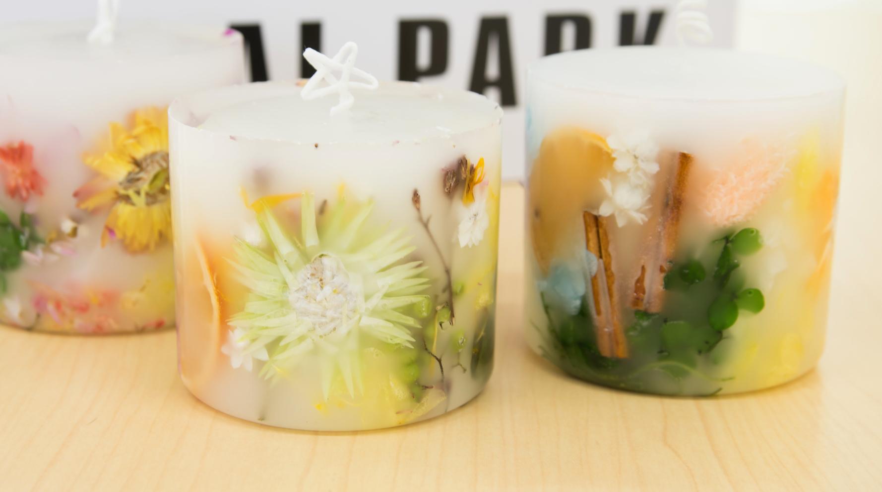 お花が蝋から透けて綺麗に映えるキャンドルづくり。土台となるキャンドルを容器に入れ、周りの隙間にドライフラワーを入れる。さらに溶かした蝋を流し込めば完成です。