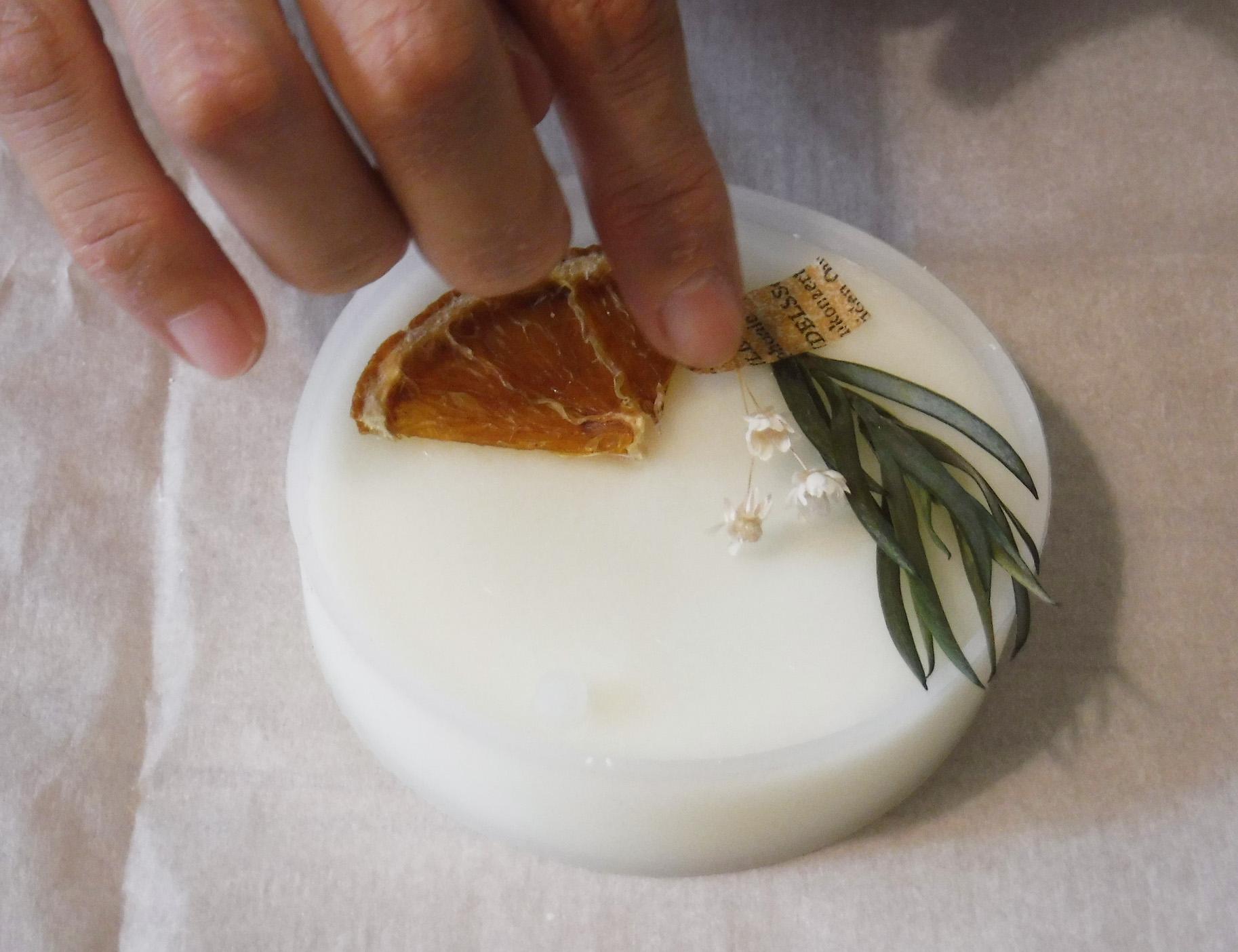 キャンドルの素材である蝋とアロマオイル、ドライフラワーがあれば作れますよ。蝋を溶かす→フレグランスオイルを加える→ドライフラワーを乗せる、で完成。ちょっとしたプレゼントにもいいですね。