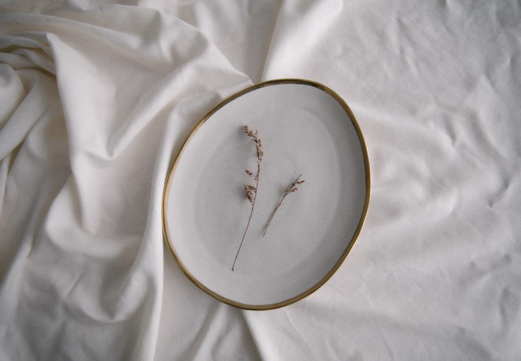 最後は壁にかけたり、花器に入れたりすること以外の飾り方の提案です。アンティーク調のプレートやグラスに飾ると、少し時間がたってしまった、色のくすんだようなものも気分一新。素敵に飾ることができます。