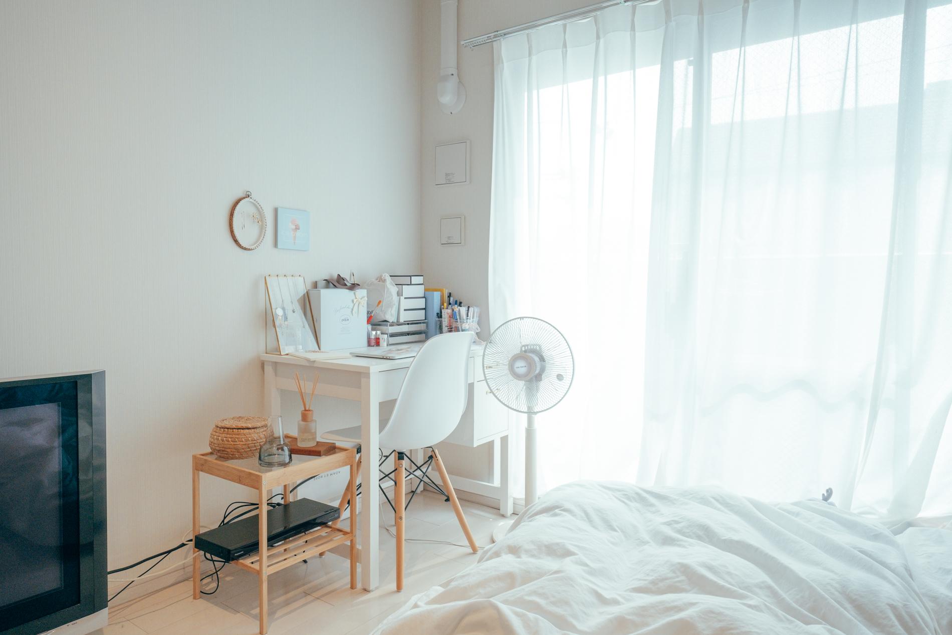 組み合わせが選べるmomo natural のデスク。光が一番よく入る窓際に配置されています。