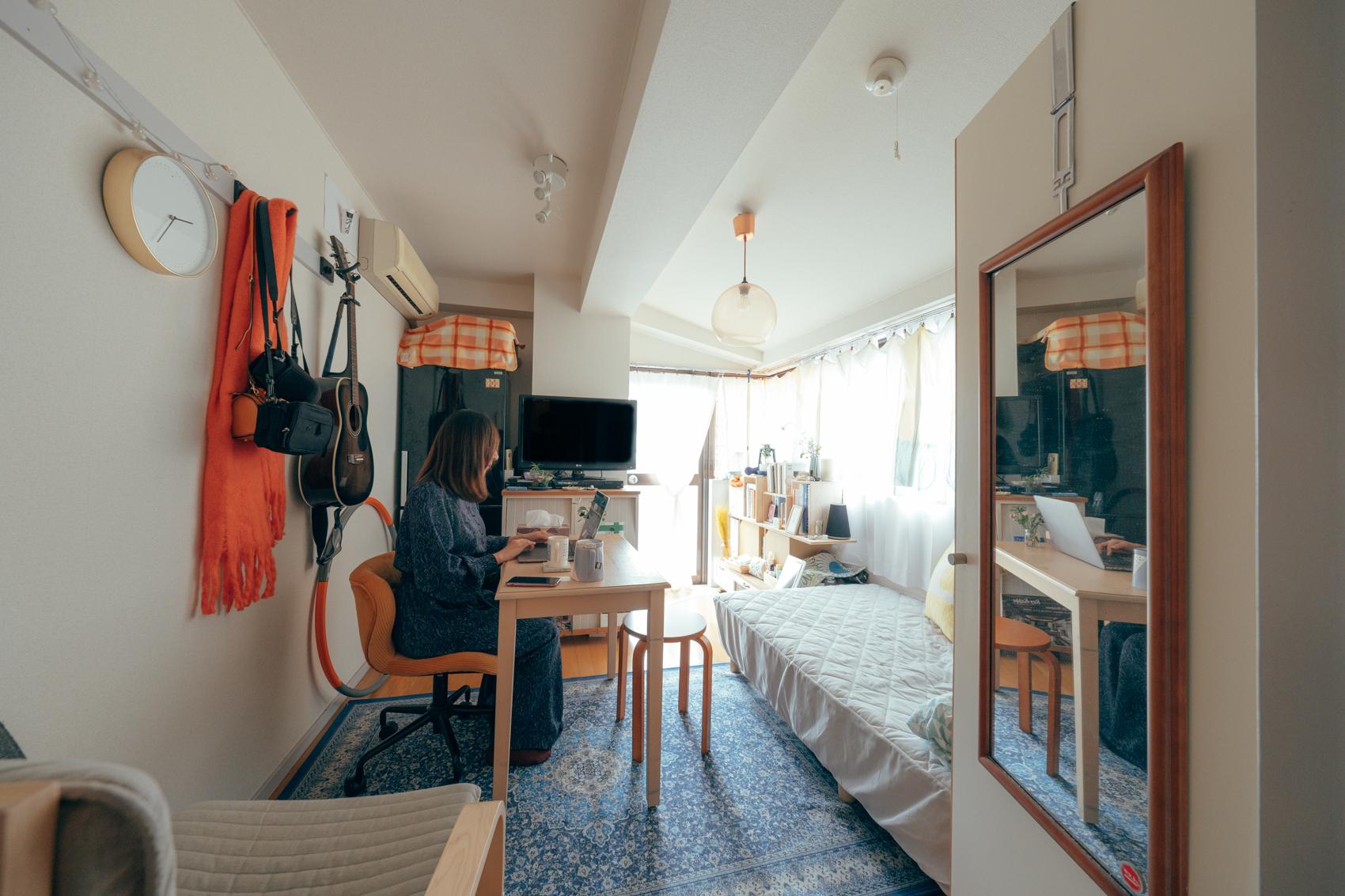 普段は住宅の設計会社に勤められているblue_vesselさん。ご自身の住まいの中でも暮らしに対して工夫をされているようです。 「元々は床にテーブルを置き、座って食事などの生活を行っていたのですが、日々の生活の目線を上げるべく、ベット購入を機会に今のダイニングテーブルで椅子に座るスタイルへ変えました。」