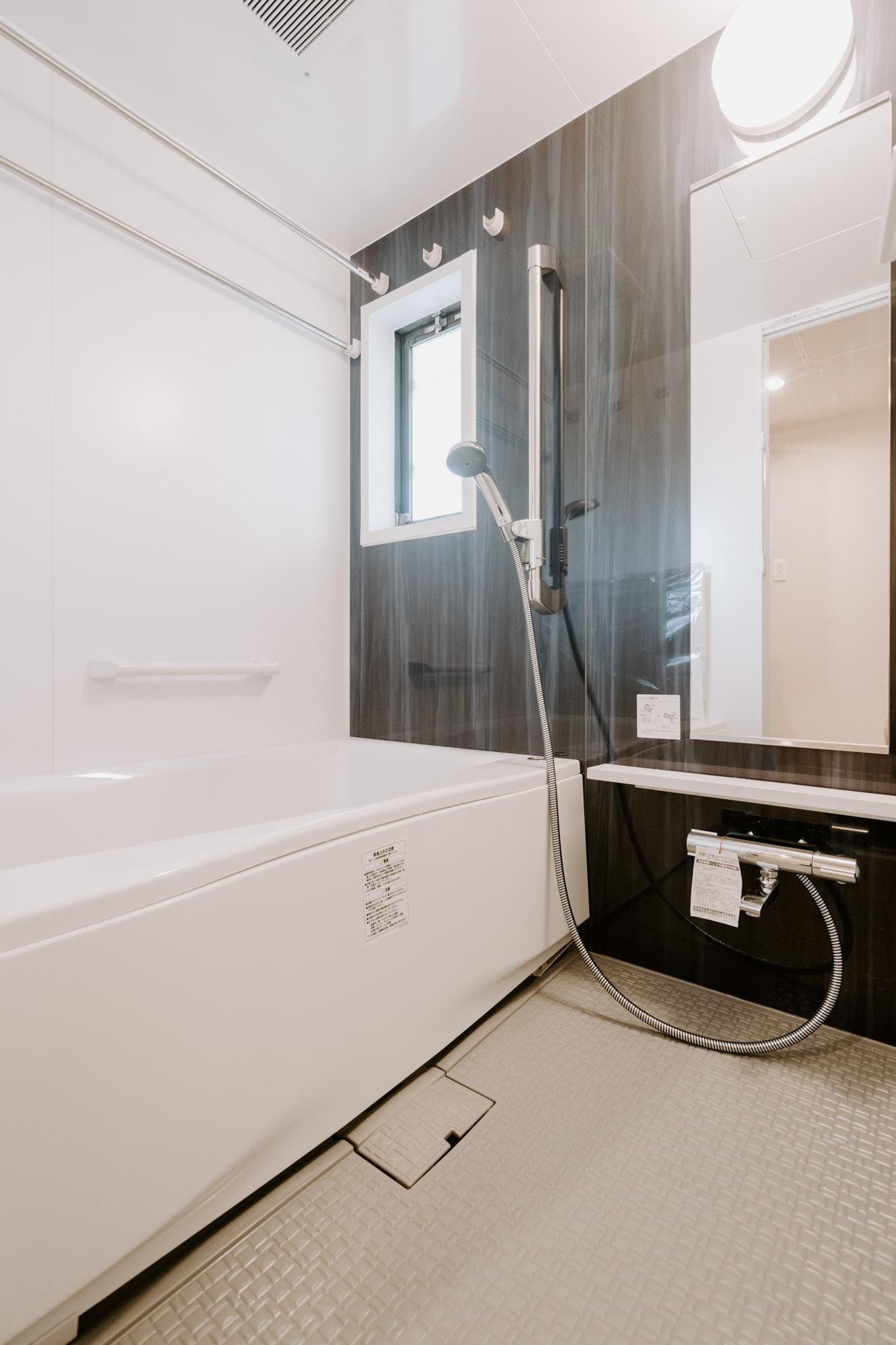お風呂もグレードアップしたユニットバスに交換済み。気持ちよく入れます。追い焚き機能や浴室乾燥機能もしっかりついていて、洗濯物が干せるようにもなっています。部屋干しできるのは嬉しいですよね。