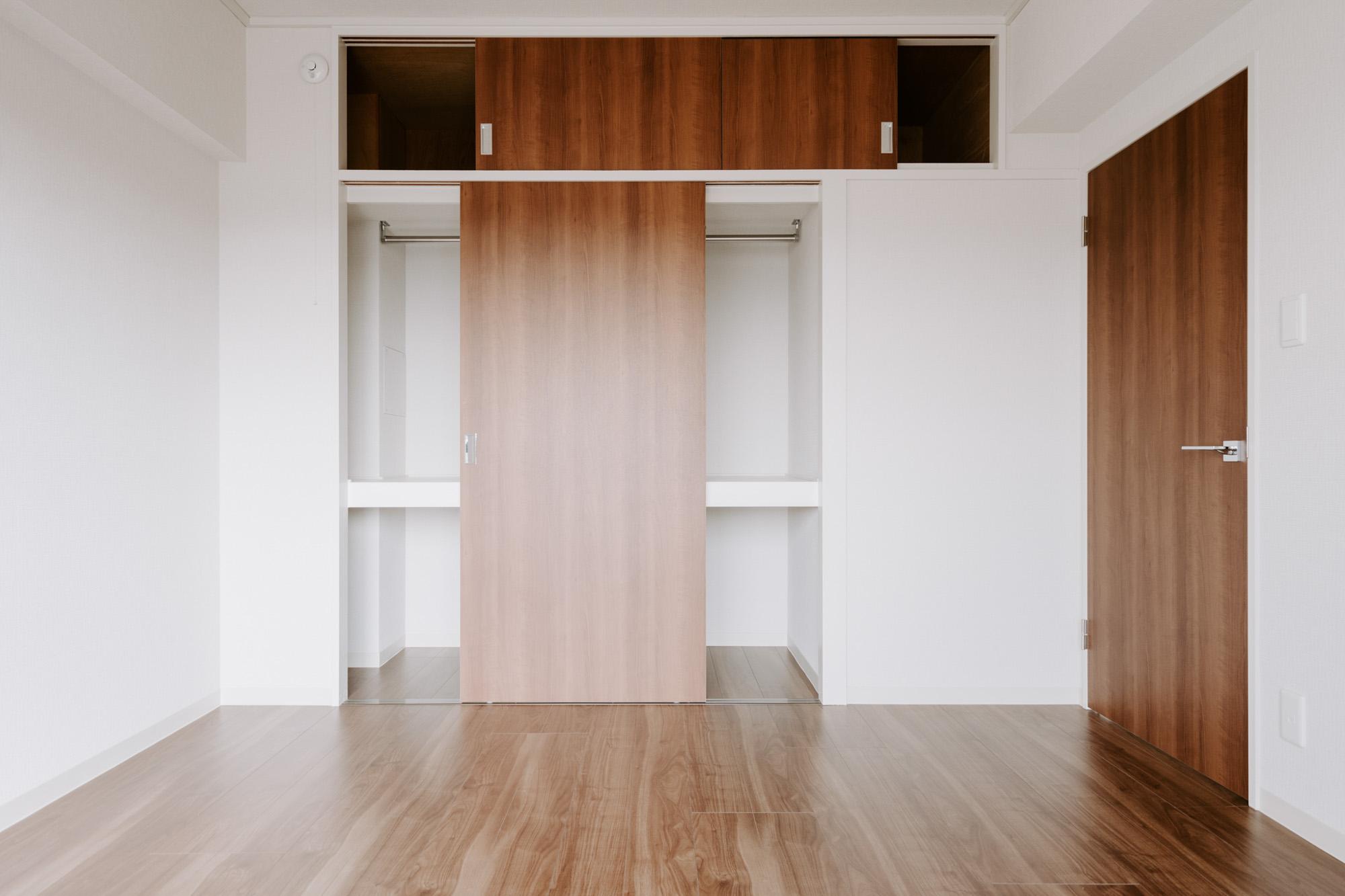 元は和室だったお部屋、フローリングになったのはもちろん、元押し入れの収納は奥行きもあり、しっかりハンガーパイプも設置されているので、収納力抜群です。