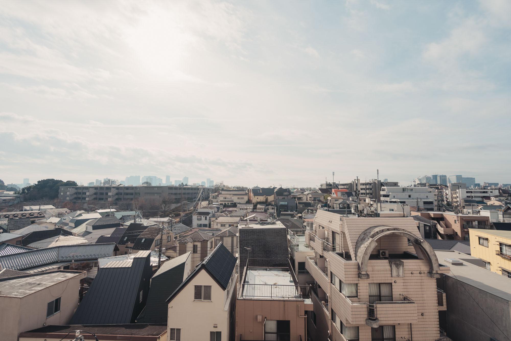 南側のバルコニーからの眺めはこちら。他に高い建物がないので、空が広いですね!