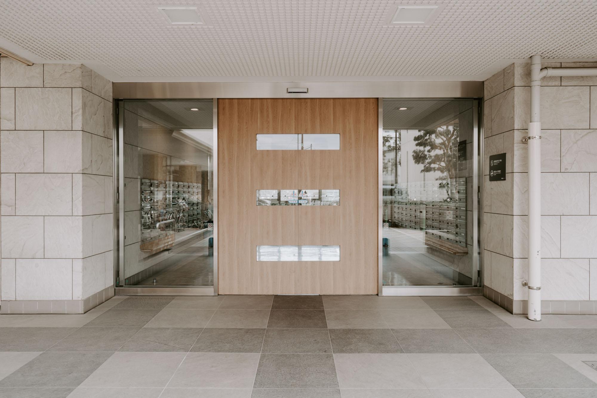 エントランスは自動ドアでかっこいい雰囲気。エレベーターも2基ついています。