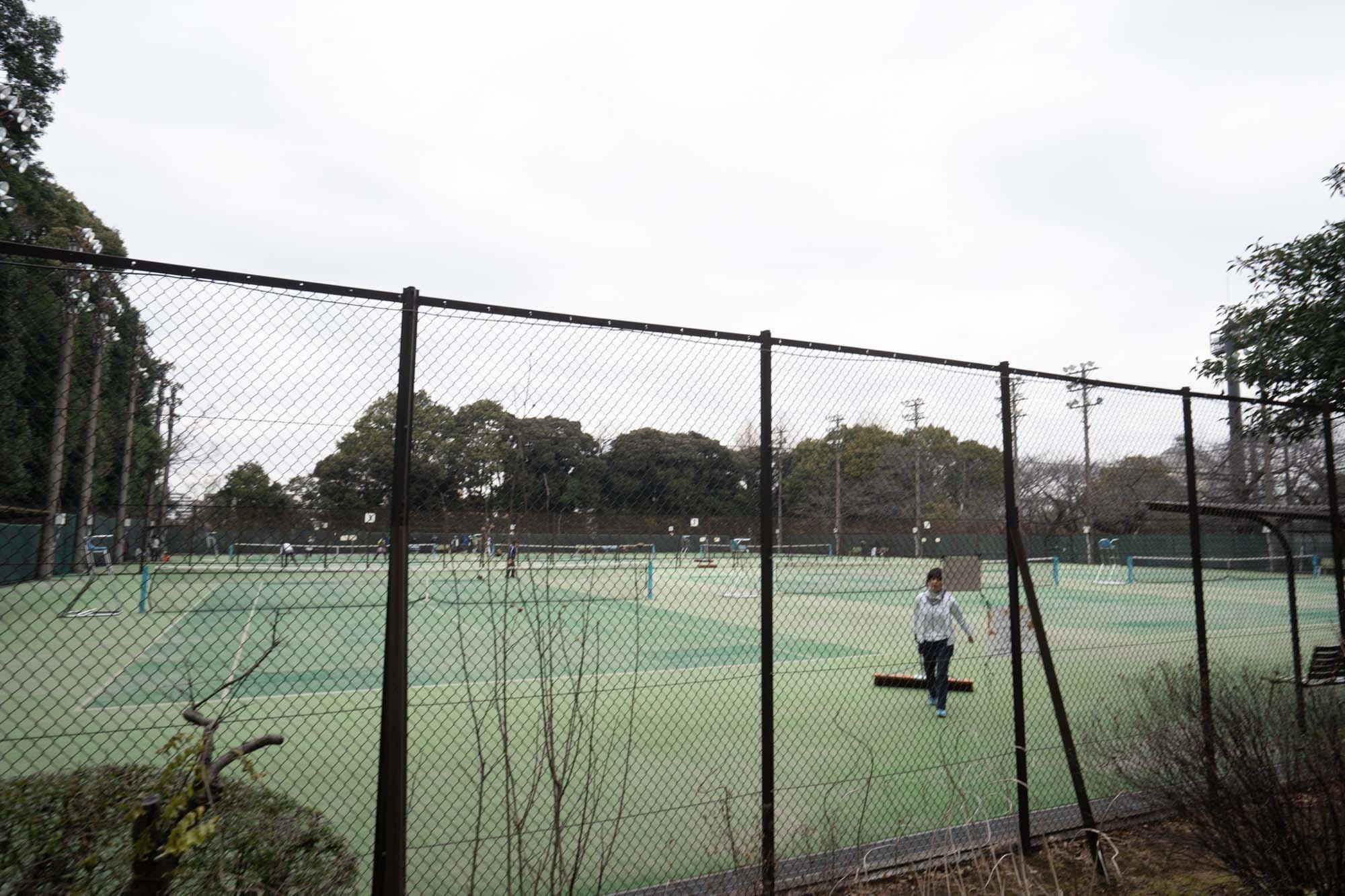 野球場、テニスコート、弓道場も公園の中にあり、地元の人たちが活用されています。