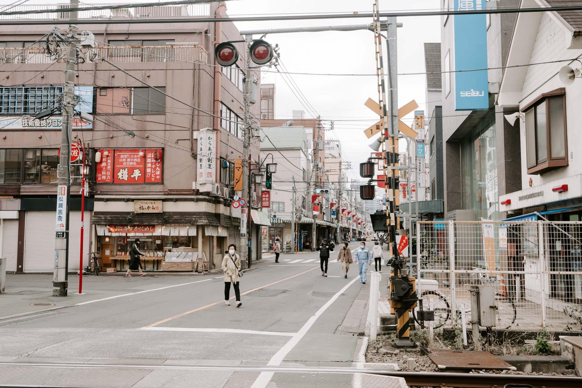 新井薬師前駅周辺には商店街があり、日常の買い物にも困りません。