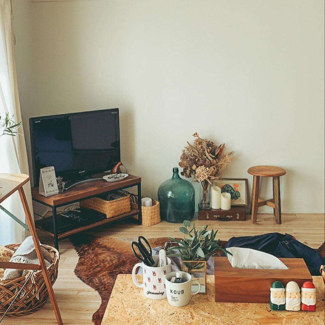 明るいLDKは約12畳。テレビボードはニトリのもの。プロジェクタ用に壁の上部はあけています。