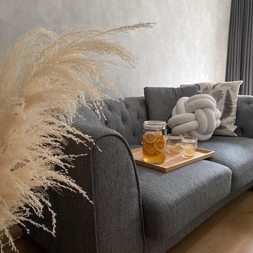対面の壁には、大きめのソファを配置。