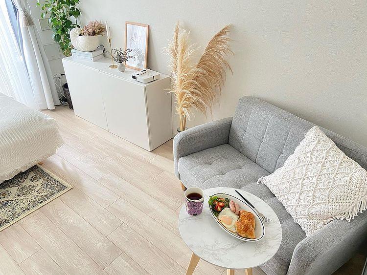 ソファやカフェテーブルは、あえて「少し小さめ」を選んでいるそう。例えばソファは二人がけとしてはコンパクトな110cm、カフェテーブルは直径40cm。この大きさでも、一人で食事を取るなら十分。