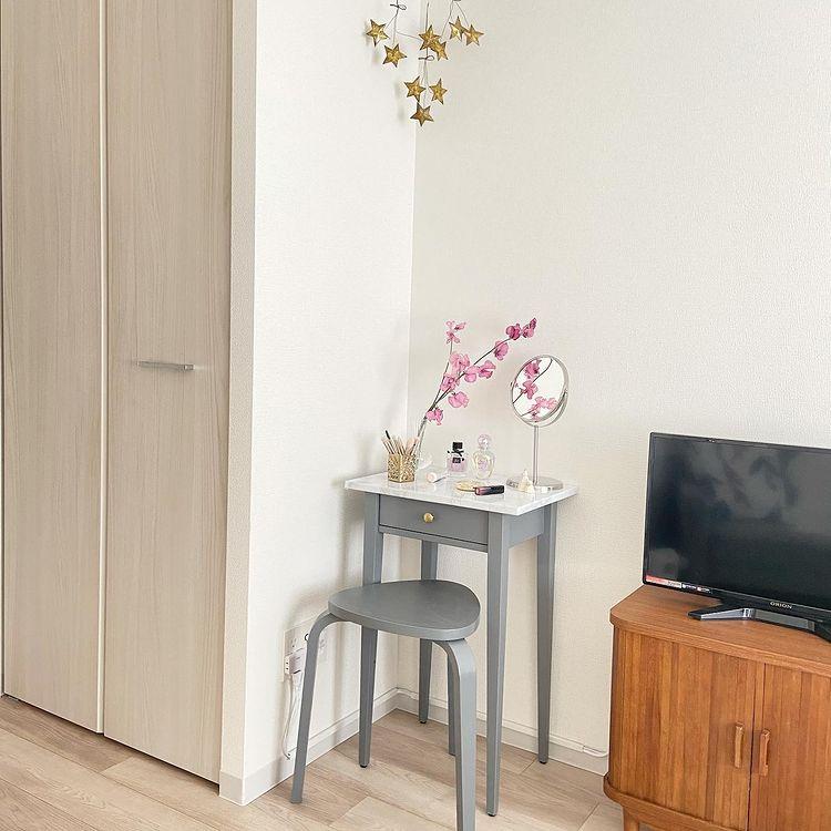 メイクスペースは、IKEAで購入したサイドテーブルとスツールをグレーにペイント。天板はやはり大理石風シートを貼ることで、部屋全体の雰囲気とも揃えています。