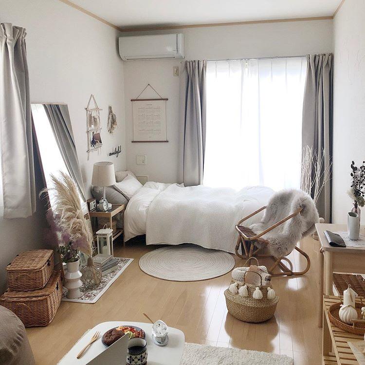 sakuraさんがお住まいなのは、28㎡ほどの1Kのお部屋。家具選びのポイントは、背の高くないもの、背面に板がなく抜け感があるものを選ぶこと。小さなお部屋でも、部屋を広く見せるための工夫です。
