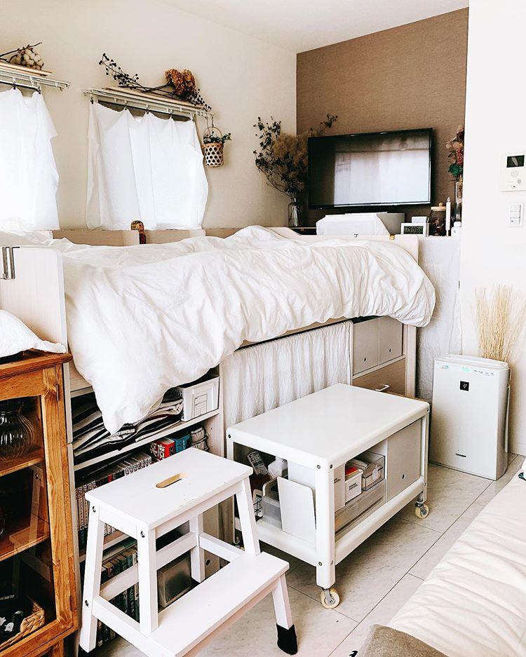 KEIKOさんがお住まいなのは、22㎡ほどの1Kのお部屋。 居室は約7畳。ちょっと小さめだったクローゼットの収納量を補うため、システムベッドを置いて空間を有効活用し、暮らしていらっしゃいます。
