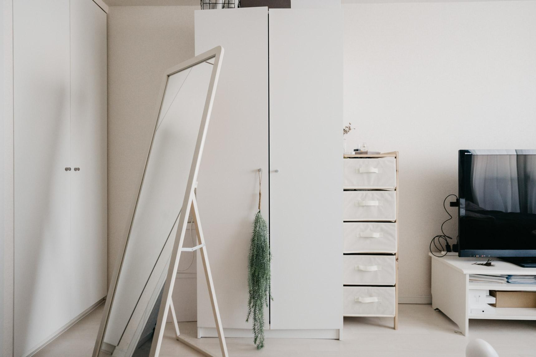 「大きな家具は白を選ぶ」のもA5さんのお部屋のルール。 少ない収納を補うために、やはりIKEAで購入されたという大きめのクローゼットを置かれているのですが、「大きいものは白」のルールのおかげで、ほとんど圧迫感がありません。偶然にも、備え付けのクローゼット(左側)とほぼ同じデザイン。洋服がたくさんあって収納場所に困っている人は、参考にしてみてほしいアイディア。