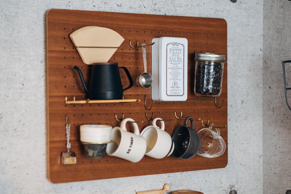 コーヒーグッズなどは有孔ボードを使って、作業台のスペースがしっかりと確保出来るようにされていました。