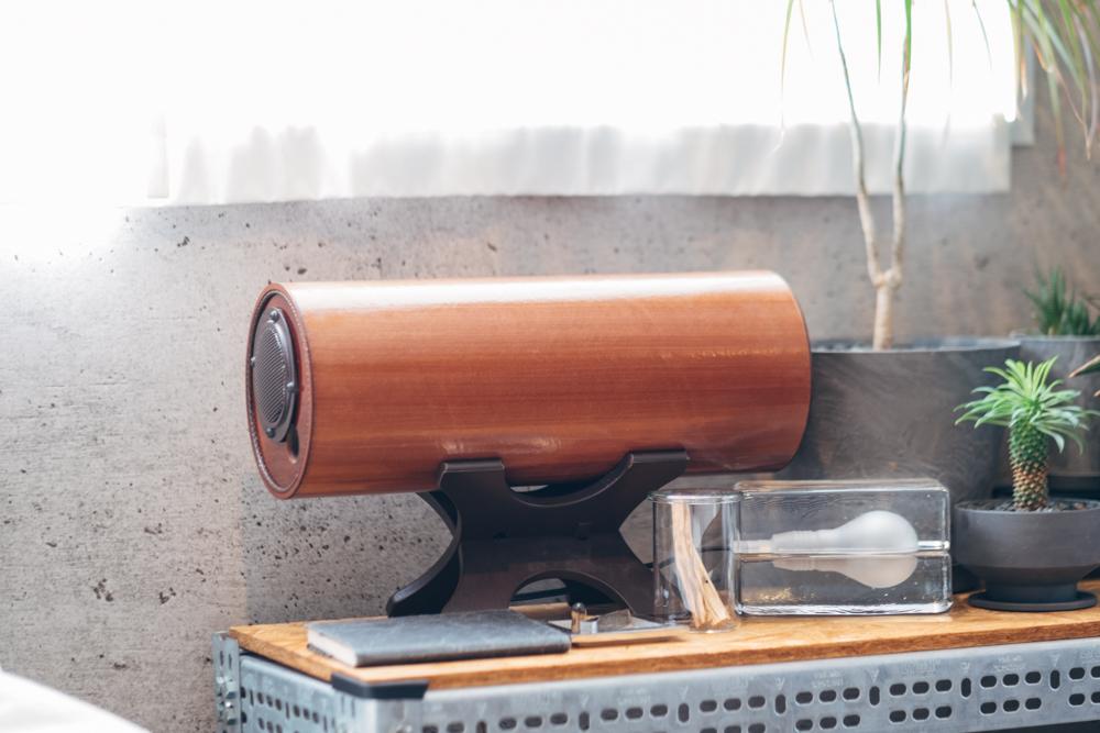 またテレビやラジオ、音楽の音はお部屋のどの空間にいても変わらず楽しめる様に3つのスピーカーを用意。 ベッドサイドには、デザインも印象的な波動スピーカーがありました。