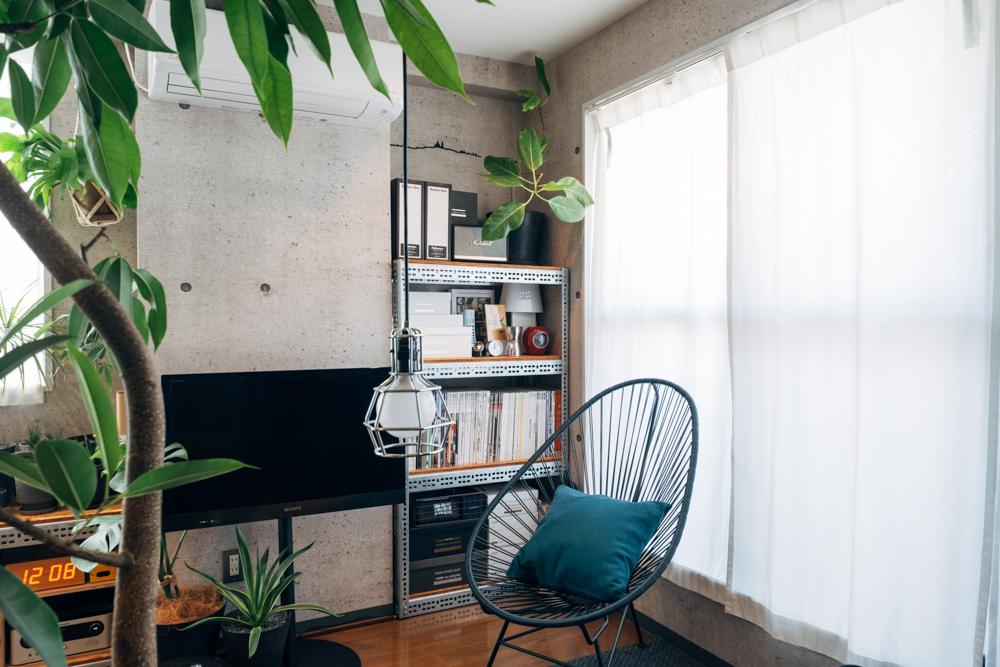 「始めは1箇所だけの設置を考えていたのですが、テレビを設置している側の壁の柱を挟んで2カ所に同じデザインで置くと絵になるのではと思い、サイズ違いで設置しています。インダストリアルなデザインと質感が好きで、オーダーした分、部屋にぴったり収まって存在感もあり気に入ってます。」