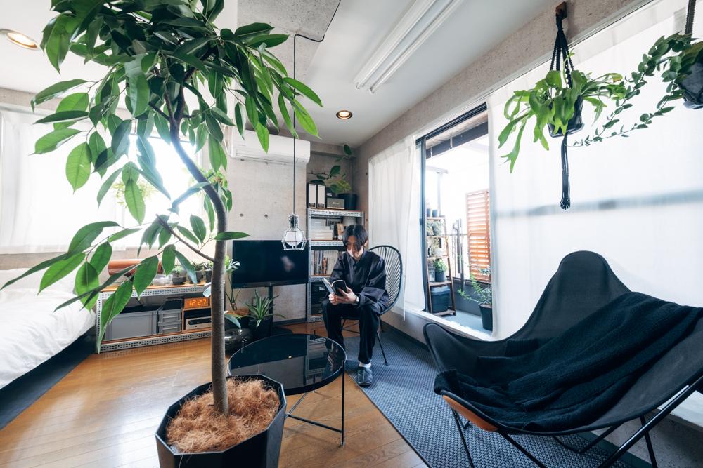 物件選びで大切にされた広い空間を無駄にしないように家具選びも考えられたそう。 「もともとは大きめのソファを置こうと考えていたのですが、試行錯誤しているうちに、部屋の広さを最大限活かした空間にしたいと考えるようになり、シンボルツリーとラウンジチェアを2脚置いた、現在の形になりました。ソファを置かないことで、部屋の中心に大型の観葉植物を置くことが出来、気分によって座る椅子を変えたりと、くつろぐ時の定位置を作らないレイアウトにしました。」