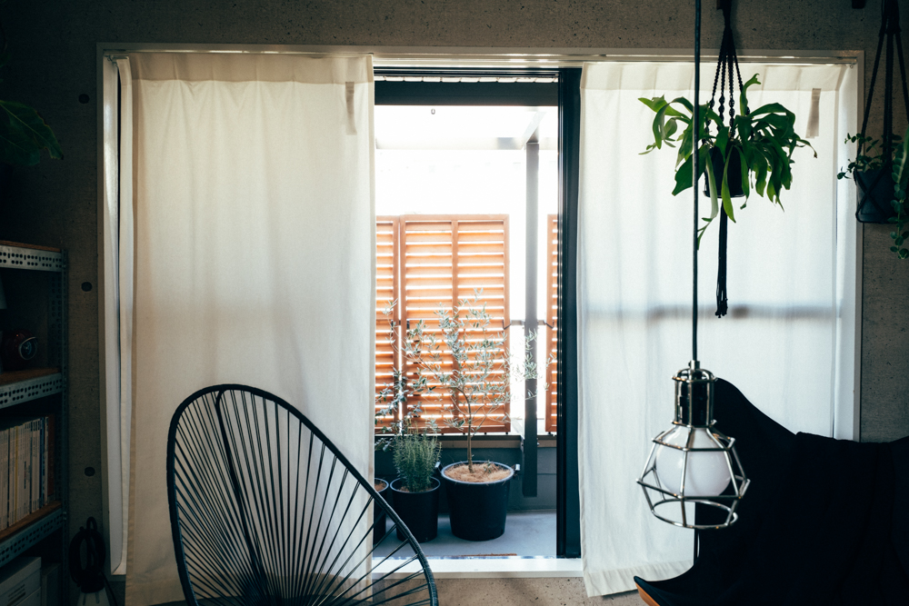 「エリアを絞って広さを条件に部屋探しをしていたところ、事務所を居住用にリノベーションされたこの部屋を見つけ、広い正方形の間取り、程良い無機質な雰囲気、二面採光で開放感のある部屋で、立地、眺望も気に入り、即決しました。」
