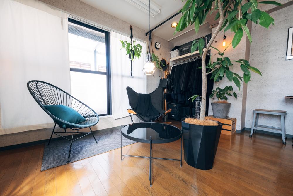 こうしたインテリア選びもまた空間の良さを引き出すことを意識されたそう。 「部屋に置く家具を決める際、家具はなるべく華奢な脚のものを選び、床の見える面積が広くなるように意識しましたね。」