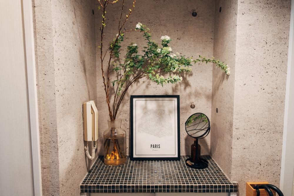 他にも玄関スペースには植物とともにディスプレイ。