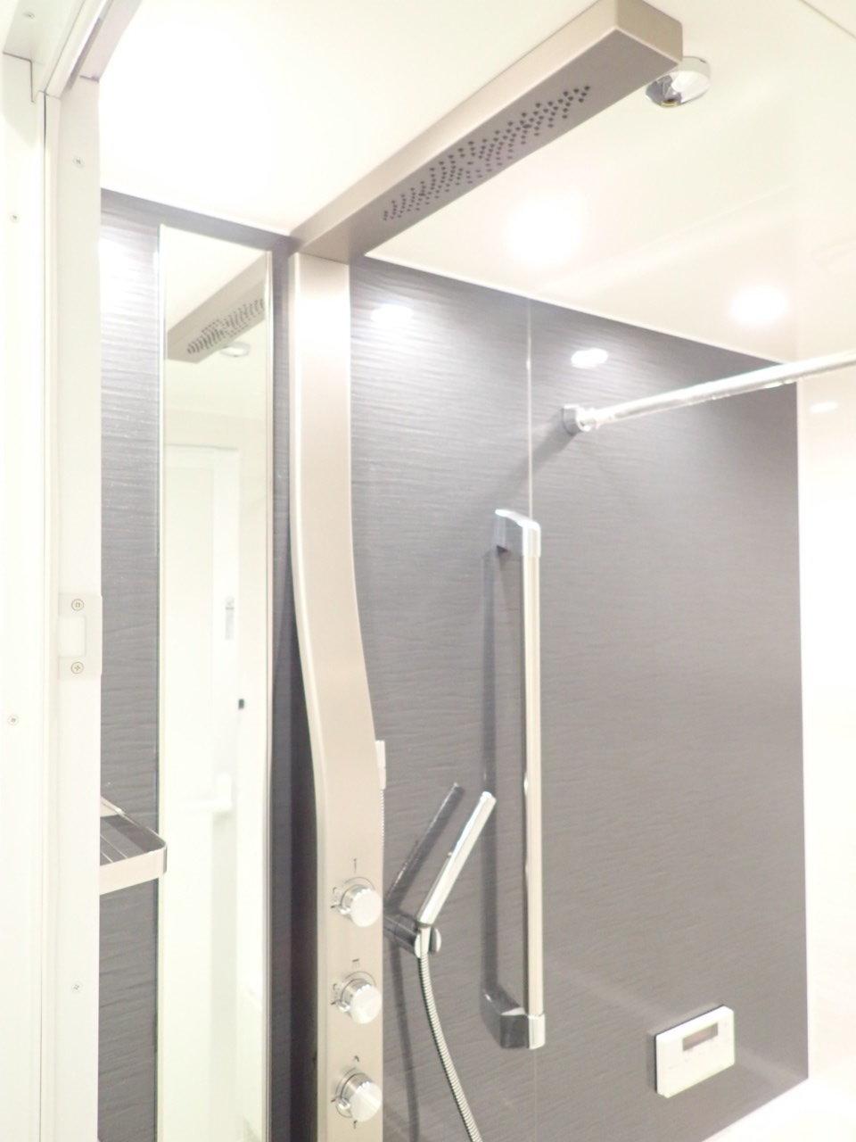 設備も最新のものが多く、中でもこのシャワー!なんと天井からシャワーのお湯が出る仕組みになっているんです。なんだかワクワクしちゃいますね。