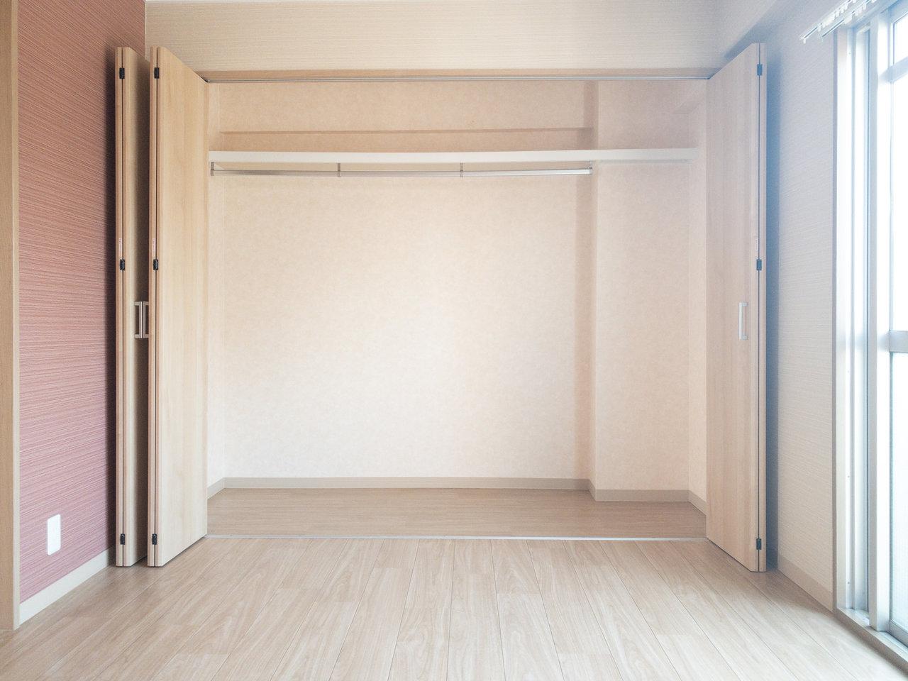 リビングと、洋室にはそれぞれ大きな収納スペースが!二人暮らしでも十分な量の荷物をしまえそうです。