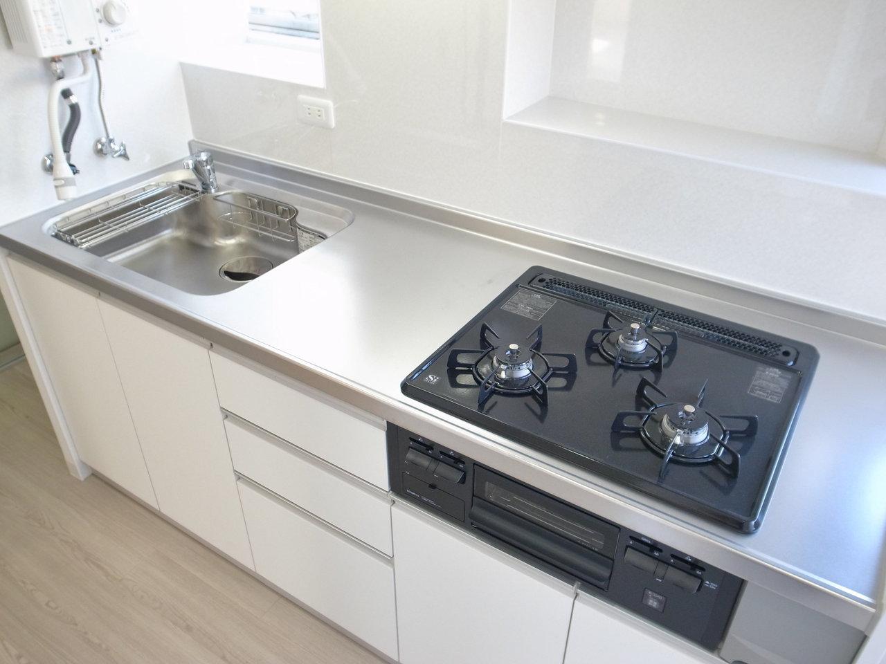 キッチンは収納スペースも充実していて、広々としています。コンロの前には棚もありました。調味料を置いたりできて、便利そう!