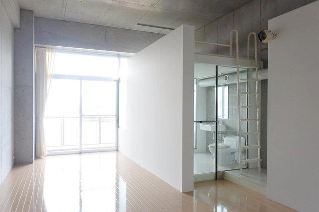 コンクリ打ちっぱなしのかっこいいデザイナーズワンルーム。シースルーバスルームの上はロフトとして活用できるようになっています。