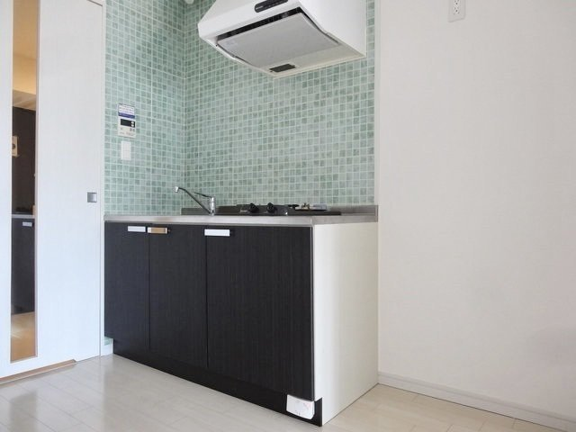キッチンや洗面台の周りにあしらわれたグリーンのタイルがちょっと素敵。