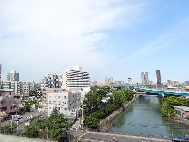 川沿いにたつマンション。お部屋からも川が見えます。視界も抜けていて、空が広いですね。