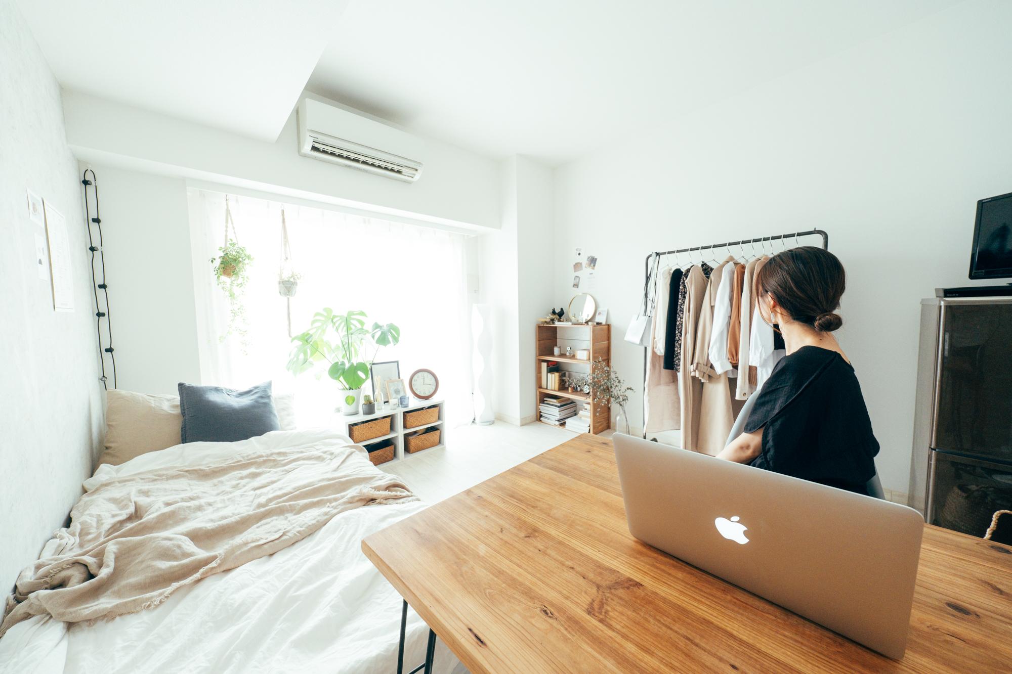 普段から部屋の隅に置いたワークデスクで作業をすることが多い方のお部屋では、窓際に複数のグリーンを配置。手を休めたいとき、視線を動かすとグリーンが目に入ります。ホッと一息つけますね。