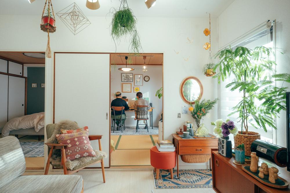 3DKのお部屋にたくさんのグリーンが配置されている方のお部屋。葉の長い比較的大きな鉢植えは、窓際へ。