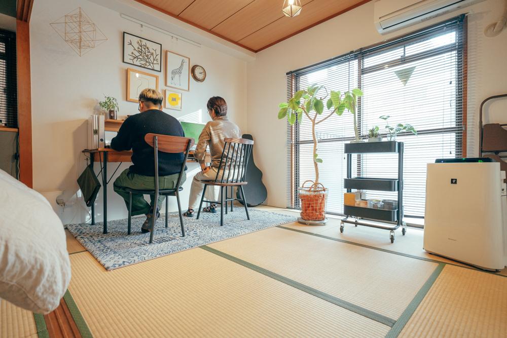 仕事部屋であるリビングとなりの和室にも、大きな鉢植えが。隣にあるワゴンの上にも小さなグリーンが配置されています。ワゴンに乗せるとどこにでも移動できるので、真似したいアイディアですね。